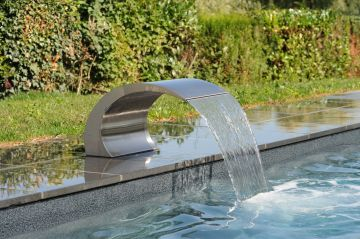 La piscine est équipée d'une Lame d'eau Piscinelle réalisée en inox 316L qui apporte légèrté et élégance à l'ensemble.