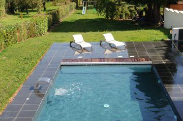 La piscine est équipée d'une couverture automatique immergé permettant de sécuriser le bassin rapidement.