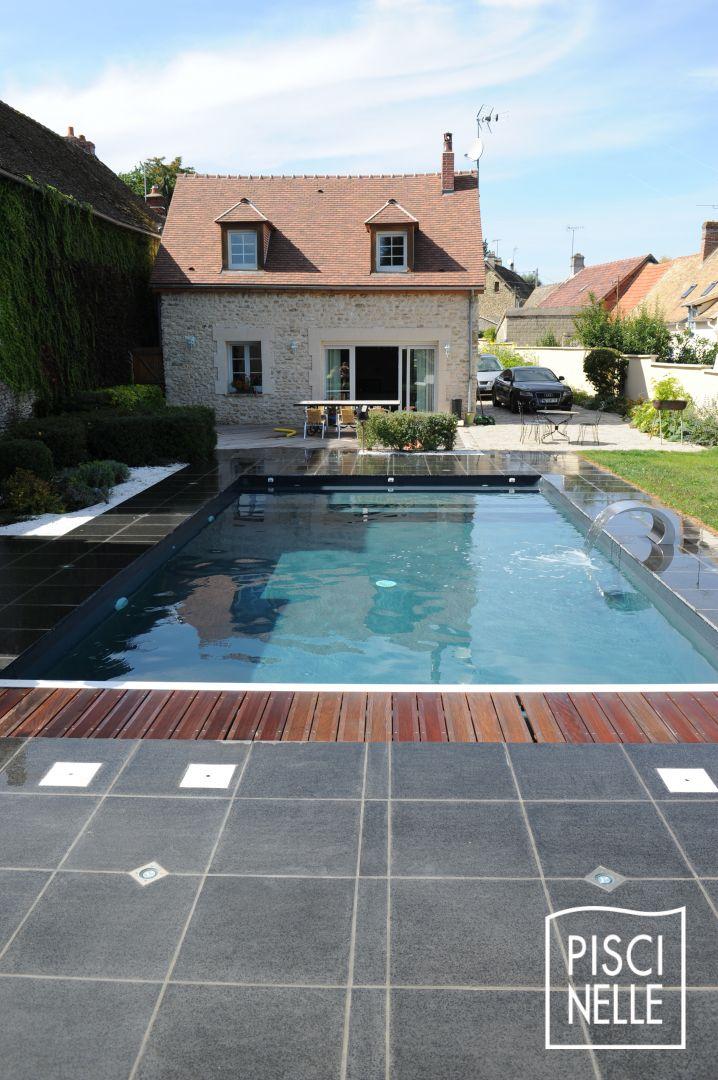 Grande piscine rectangulaire tendance avec volet immerg for Piscine tendance