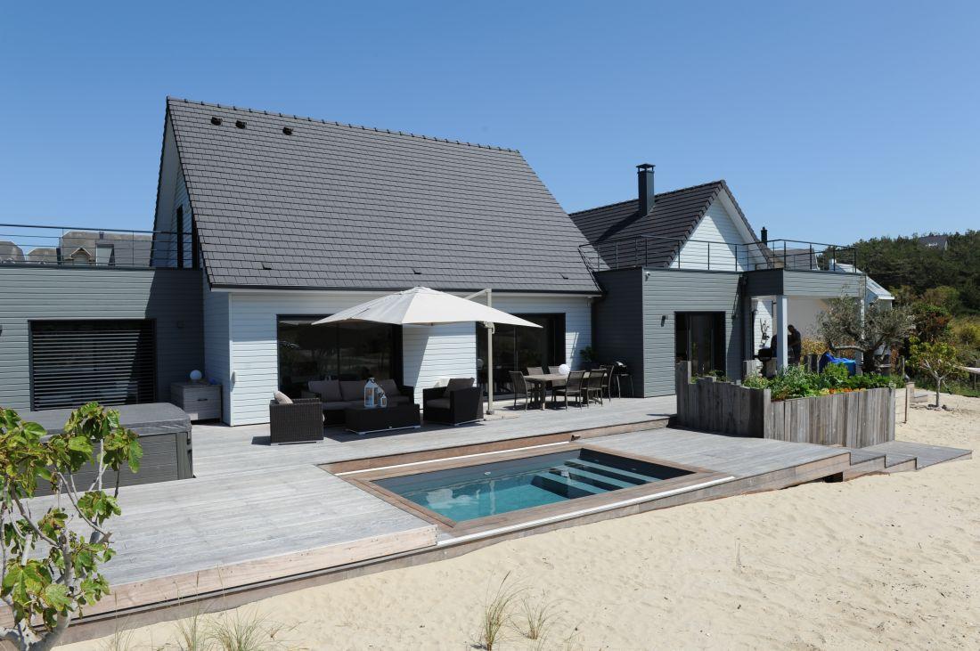 Directement reliée à la plage la piscine et sa terrasse mobile offrent un sentiment de simplicité naturelle.