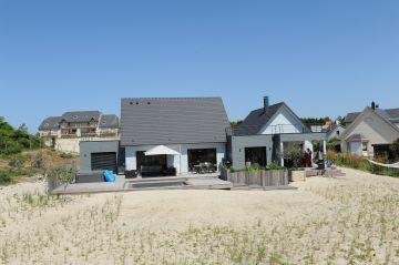 Devant la maison la plage et les dunes partent vers la mer... une véritable invitation au voyage commence depuis la Piscinelle.