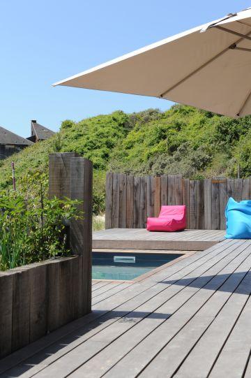Au calme. Cette Piscinelle et sa terrasse mobile sont un véritable jeu de douceur et de variation entre les gris de la terrasse, de la piscine, du Rolling-Deck, de la clôture... et parfois du ciel du Nord.