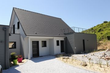 La maison tout en bois répond à un souci d'intégration esthétique autant que de respect écologique. Implantée à quelques mètres de la mer et des dunes cette demeure sait respecter son environnement.