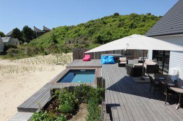 Au cœur des dunes du Nord, cette Piscinelle, sa terrasse en ipé grisé et son Rolling-Deck savent se faire discret pour laisser les éléments reprendre leur droits.