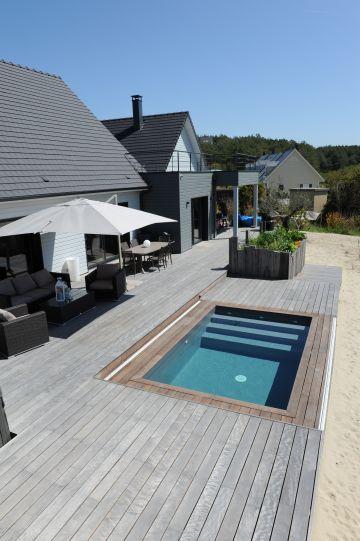 La maison est réalisée en architecture bois et est en parfaite harmonie avec la Piscinelle et sa terrasse en ipé.