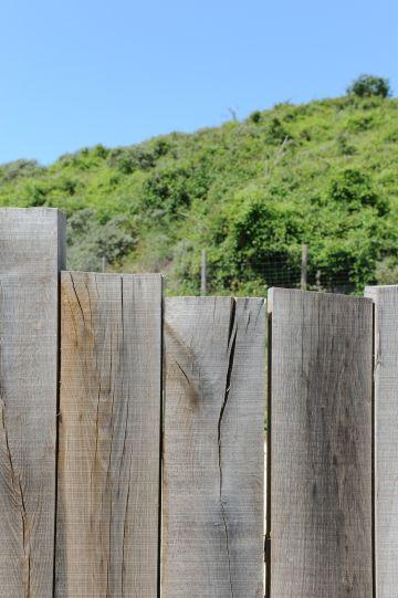 La clôture réalisée en bois également est tout en cohérence avec la maison et la piscine et s'intègre comme une évidence dans ce décor naturel de rêve.