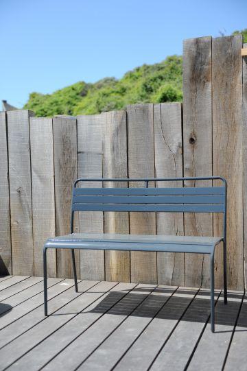 Le mobilier extérieur Fermob laqué gris a l'élégance du ton sur ton et la pureté des lignes qui caractérise cette superbe réalisation sobre et distinguée.