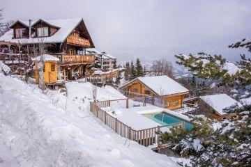Piscine sous la neige dans la montagne