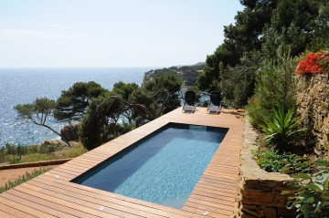 Semi-inground pool on a terrace in Marseille with a sea view
