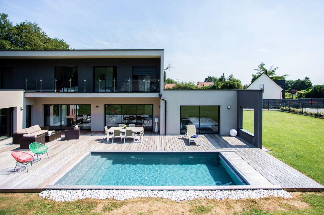 Au cœur du Brabant Wallon, cette piscine ressemble à un jeu de carrés juxtaposés pour constituer un ensemble contemporain avec un style fort.