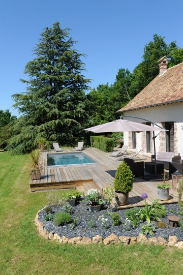 Au cœur de la Normandie la piscine équipée d'un liner gris ardoise donne les tons d'un bassin naturel et écologique à la Piscinelle.
