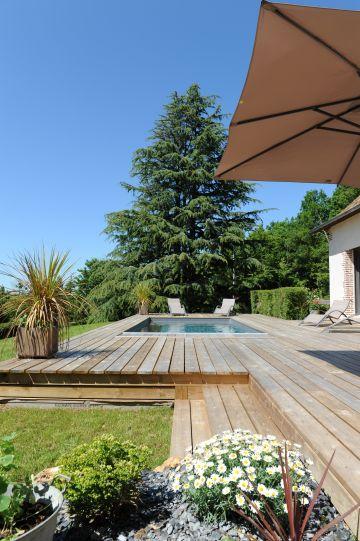 La piscine a été conçue épurée et totalement intégrée dans le prolongement de la longère dans une élégante discrétion.