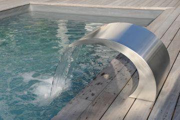 La lame d'eau Piscinelle vient sublimer le bassin