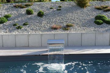 L'eau qui se déverse dans la piscine