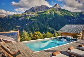 Piscine au design tendance en pleine montagne