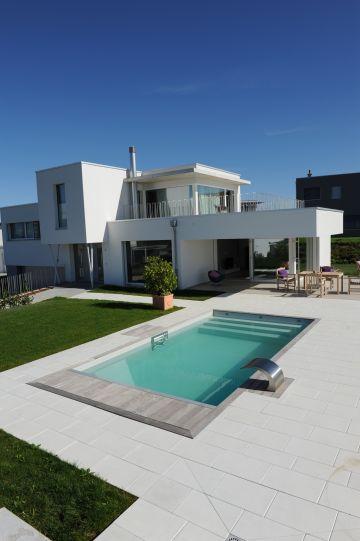 Piscine et maison au design contemporain en Suisse