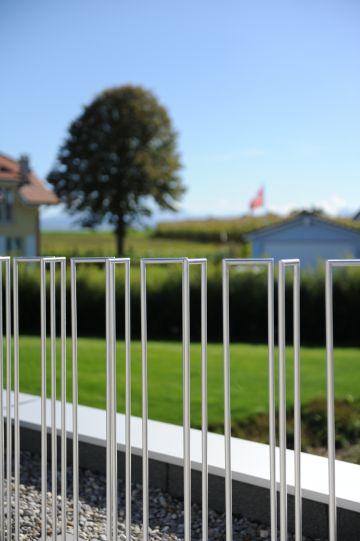 Balcon d'une maison avec piscine au design contemporain en Suisse