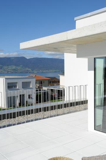 Vue du balcon sur le lac Léman en Suisse