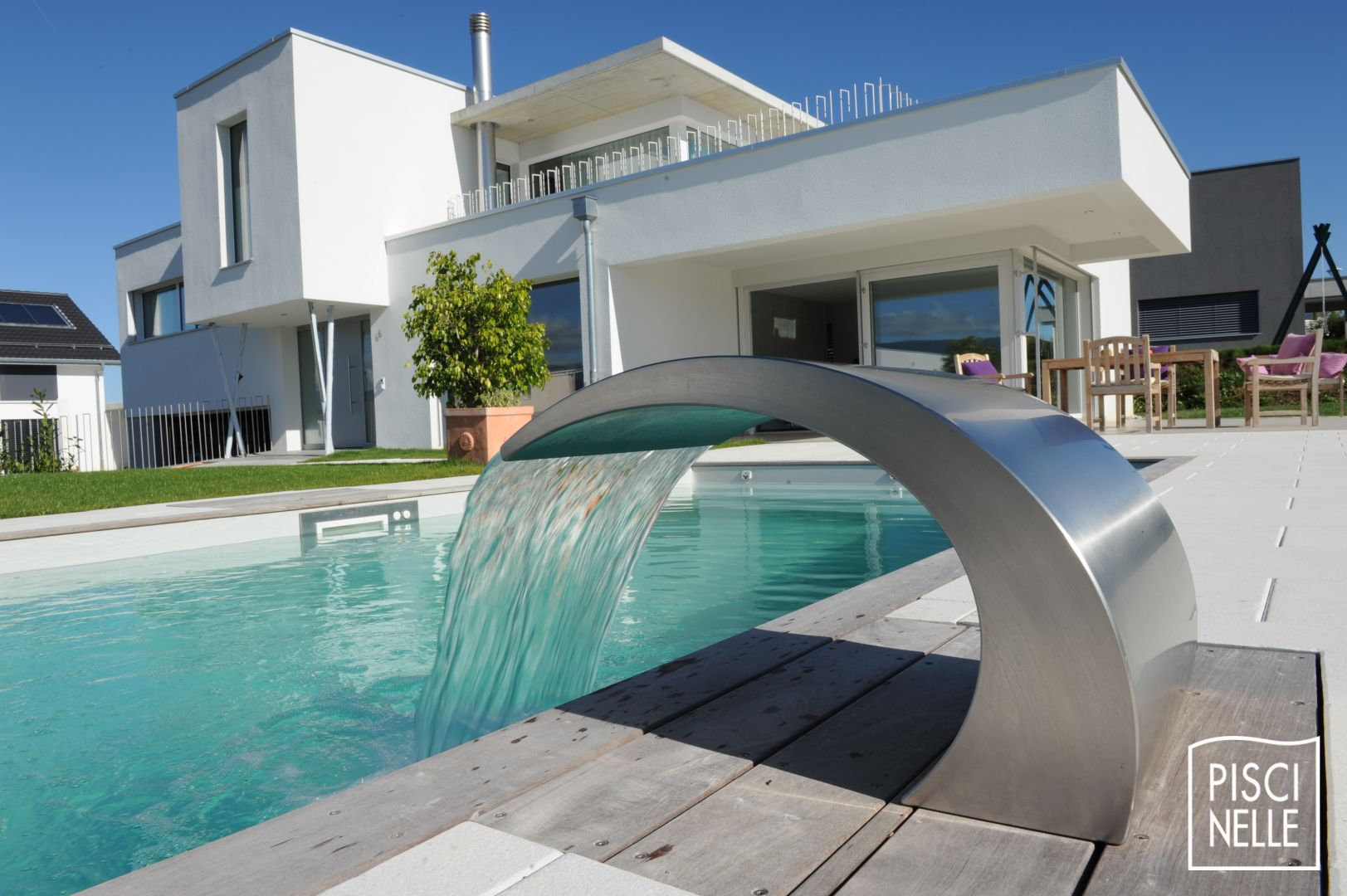 Reportage photo d une piscine design en suisse for Maison rectangulaire