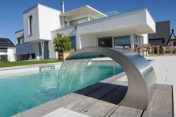 Lame d'eau en inox rappelant les éléments métalliques d'une maison en Suisse