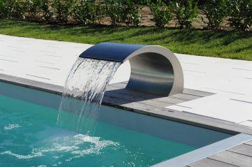 Lame d'eau inox au design épuré d'une Piscinelle en Suisse