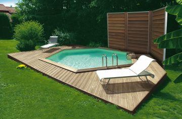 Une piscine Hx avec petite terrasse dans un jardin