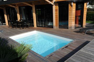 Une piscine rectangulaire équipée d'un Rolling-Deck