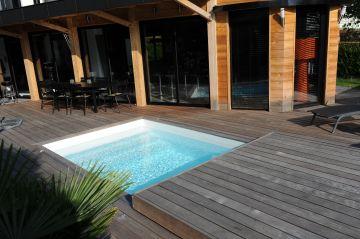 Une piscine mi-fermée par la terrasse mobile