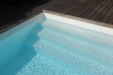 Une piscine équipée d'un escabanc droit Piscinelle