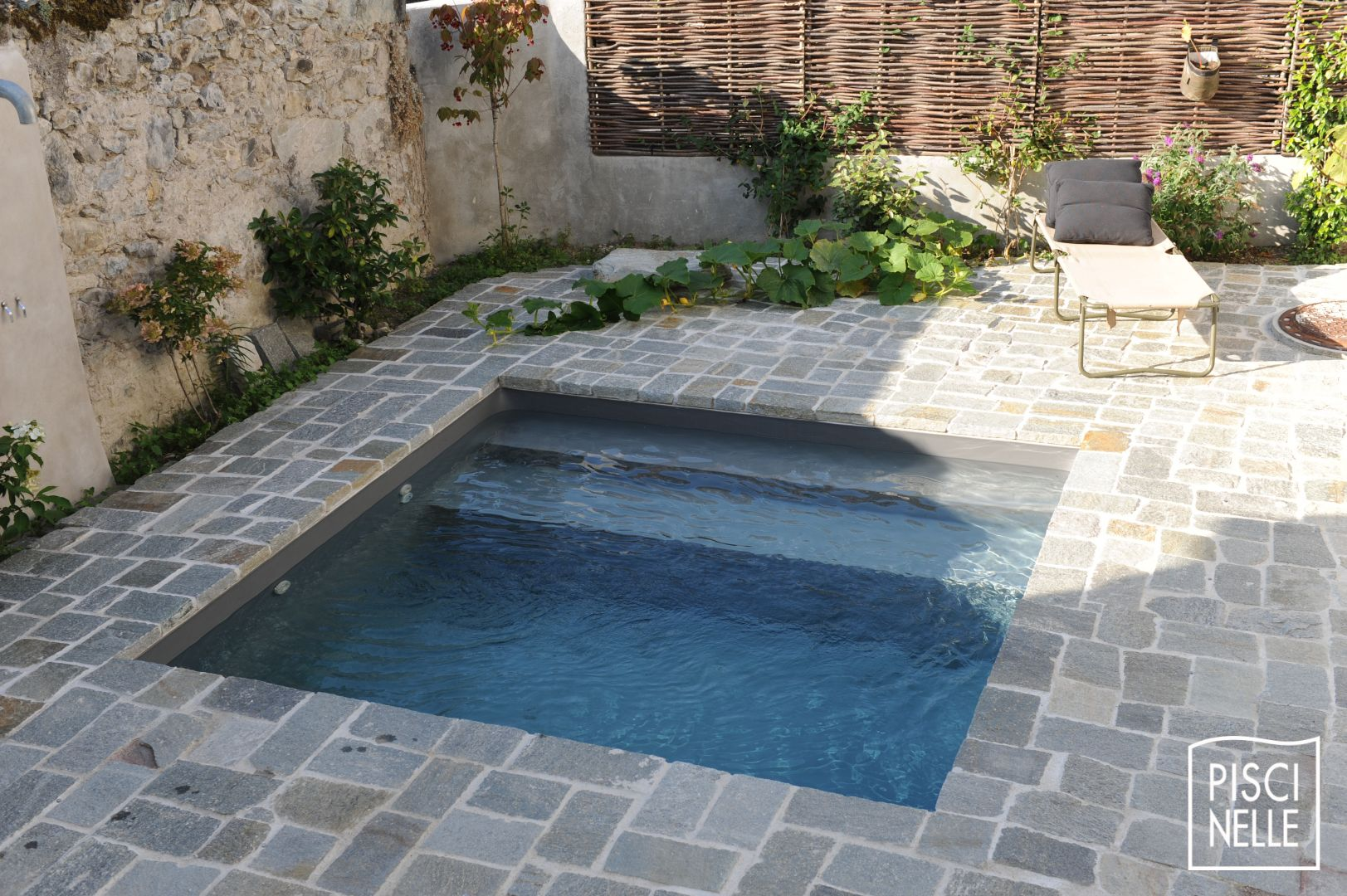 Reportage photo piscine et terrasse en pierre naturelle - Mini pool terrasse ...