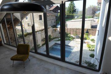 Interieur vintage avec vue de la baie vitrée sur la mini piscine