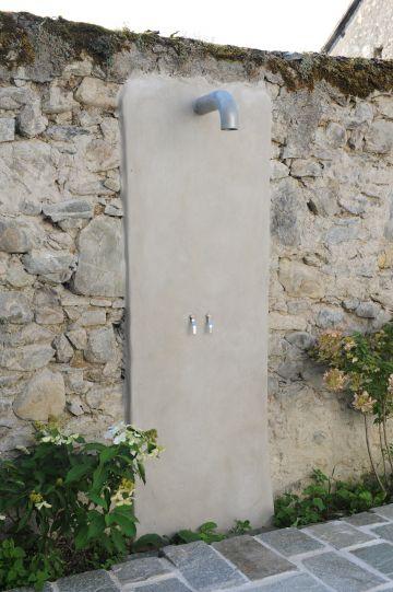 Douche avec mur en pierre