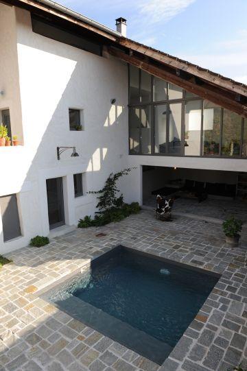 Maison contemporaine avec baie vitrée donnant sur la piscine