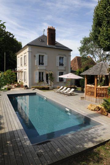 Une piscine traditionnelle installée dans un hôtel particulier en région parisienne.