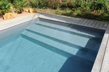 La piscine est équipée d'un Escabanc Piscinelle sur-mesure qui outre l'accès au bain permet le farniente et les jeux avec les plus jeunes enfants.