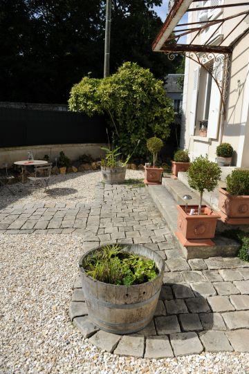 L'entrée de la maison avec ses jardinières et son dallage de pavés franciliens.