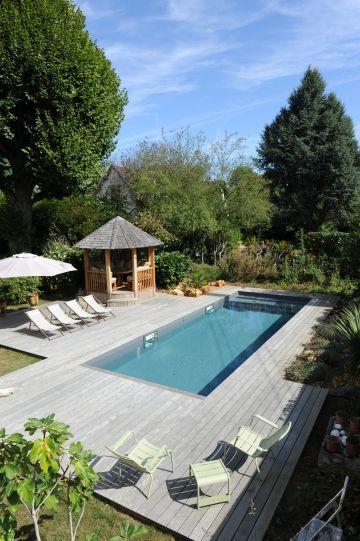 La piscine dispose d'une structure en aluminium et est équipée d'un liner gris ardoise qui lui confère un aspect de bassin intégré à l'ensemble.