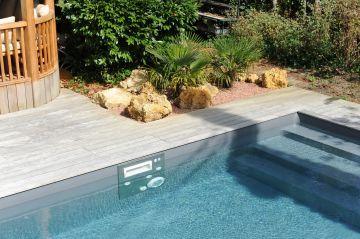 La piscine haut de gamme en aluminium est équipée de murs filtrants en inox permettant de conserver une étanchéité parfaite.