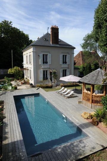 La longueur de la piscine permet une pratique aisée de la natation tout aussi bien que les jeux d'eau.