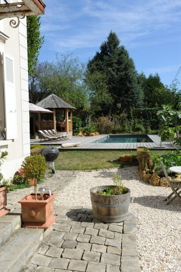 La maison de maître est typique de la région parisienne avec ses abords en gravier et ses pavés de granite.