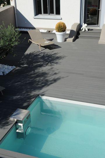 Tout en tons de gris, cette piscine et ses abords dégagent un calme et une sérénité relaxante.