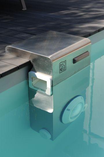 Le Bt25 en inox 316L breveté Piscinelle est l'un des atouts de cette réalisation qui permet notamment de ne pas pratiquer de percement dans le liner de la piscine pour une durabilité totale.