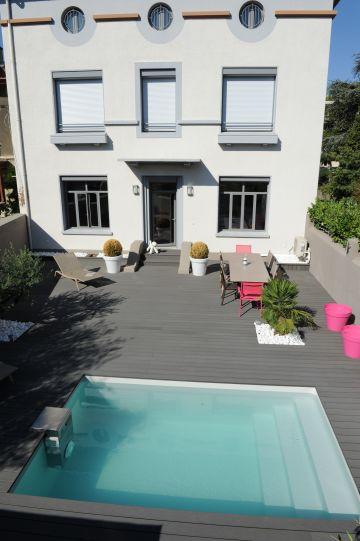 La maison, la terrasse, la piscine et le mobilier forment un ensemble cohérent et réussi, simple et design à la fois.