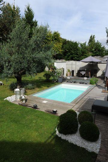 Vue d'ensemble de la piscine donnant sur le jardin d'une maison en centre ville