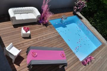 Petite piscine avec terrasse en bois