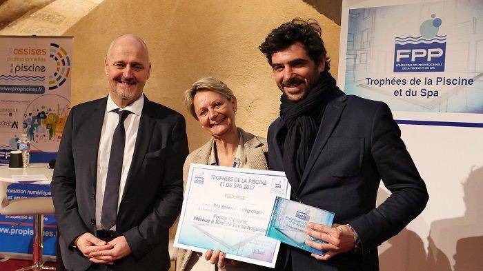 Remise de Trophée par le Président de la Fédération des Professionnels de la Piscine et du Spa à Arthur Choux, co-dirigeant de Piscinelle