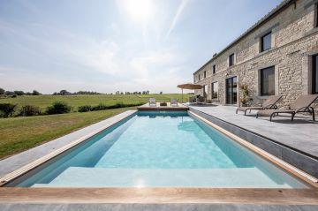 La piscine fait 7m de longueur pour une largeur de 4m et dispose d'un Escabanc pour l'accès et la sortie du bassin.
