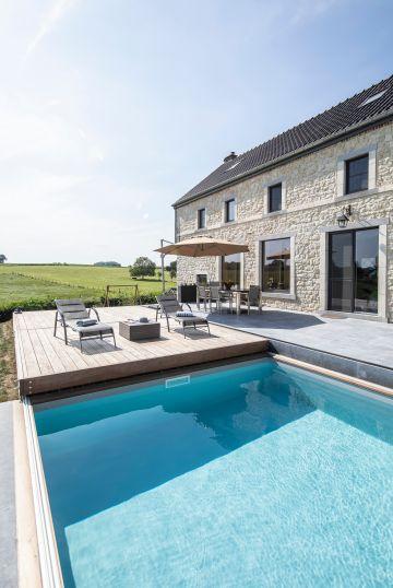 Le Rolling-Deck permet de sécuriser la piscine en un instant et s'aligne parfaitement avec la terrasse en pierre bleue qui jouxte la maison.