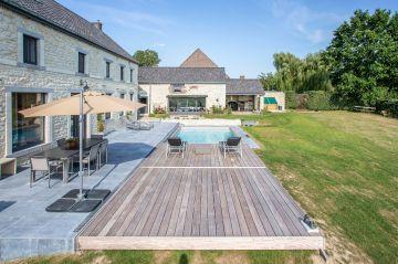 Cette rénovation de piscine a reçu le Trophée d'Or de la FPP pour sa qualité et son intégration.