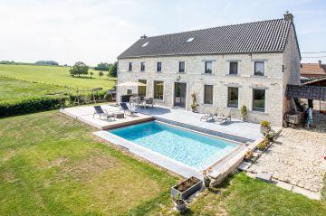Dans le Brabant Wallon, proche de Bruxelles, l'ensemble maison-piscine est d'une cohérence parfaite et la tâche bleue au milieu du gazon vert est une caresse pour l'oeil.